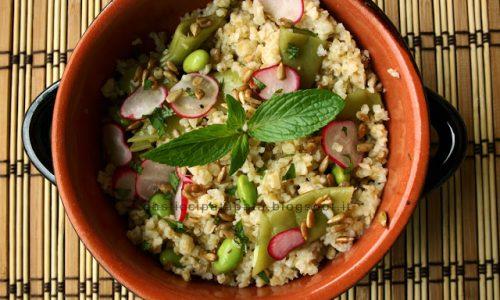 Taboulé di bulgur con taccole, ravanelli, edamame e semi di girasole