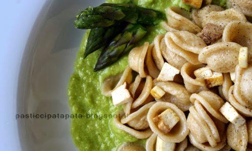 Orecchiette integrali, crema di asparagi e tofu affumicato