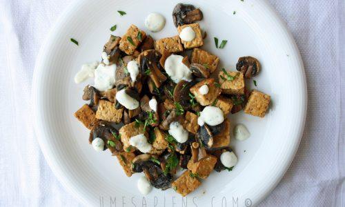 Tempeh con funghi champignon e salsa yogurt