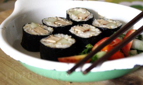 Sushi vegan: maki con riso integrale e tofu affumicato