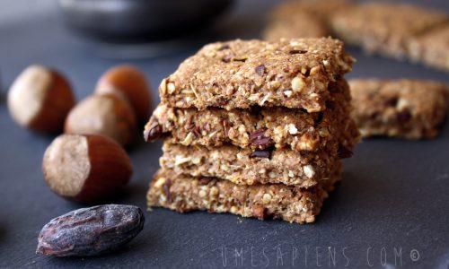 Biscotti all'avena con nocciole e fave di cacao