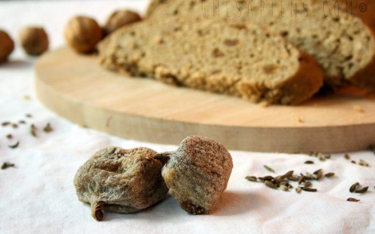 Pane a vapore in versione dolce: noci, fichi e semi di finocchio