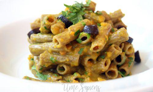 Pasta integrale di segale con crema di carote, rucola e olive nere
