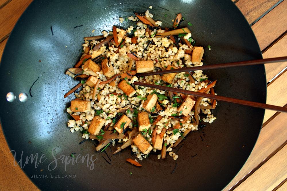 riso saltato con tofu e alghe arame