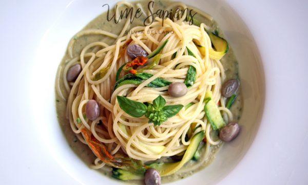 Pasta e fagioli estiva: con crema di borlotti al basilico, zucchine e il loro fiore