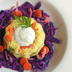 Insalata di miglio con verdure agrodolci e salsa yogurt